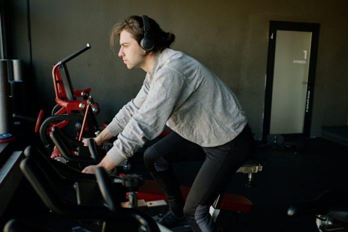 mężczyzna na rowerze treningowym