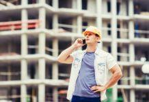 budowlaniec rozmawiający przez smartfon pancerny