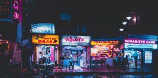 ulica nocą neony, światła