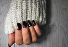 dłoń z czarnym manicurem