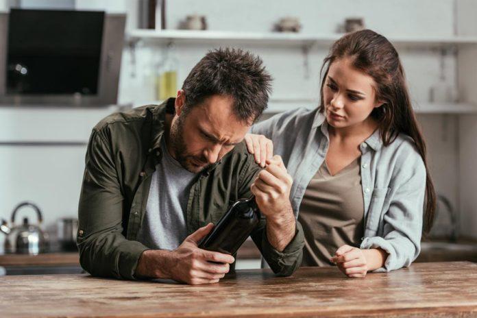 kobieta wspierająca mężczynę z problemem alkoholowym