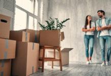 młodzi ludzie wprowadzający się do mieszkania