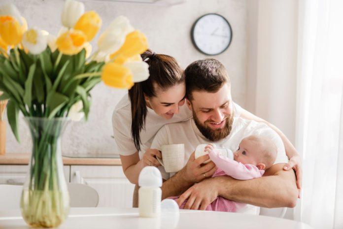 młoda rodzina z noworodkiem