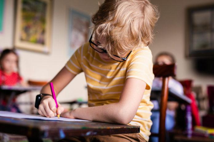 autystyczny chłopiec w szkole