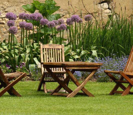 meble ogrodowe na trawie