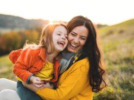 matka i córka na jesiennej łące