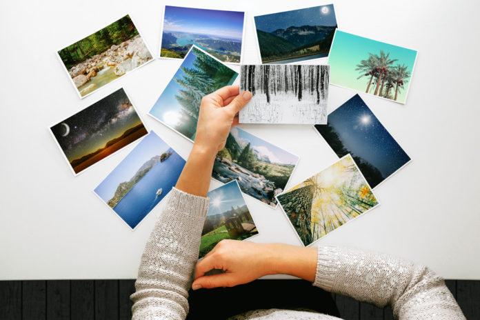 kobieta przeglądająca zdjęcia tradycyjne