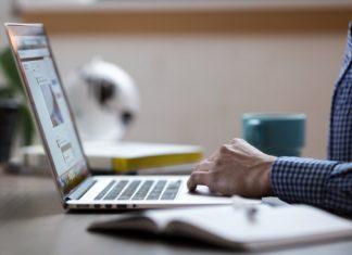 zbliżenie na męską dłoń pracującą na laptopie