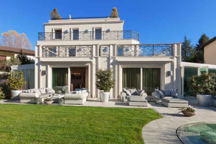 piękny klasyczny dom z ozdobnymi tarasami
