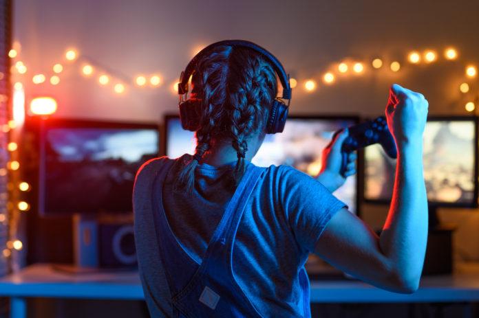 esport dziewczyna przed komputerem