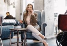 elegancka kobieta rozmawiająca przez telefon