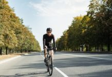 mężczyzna na rowerze typu Graven