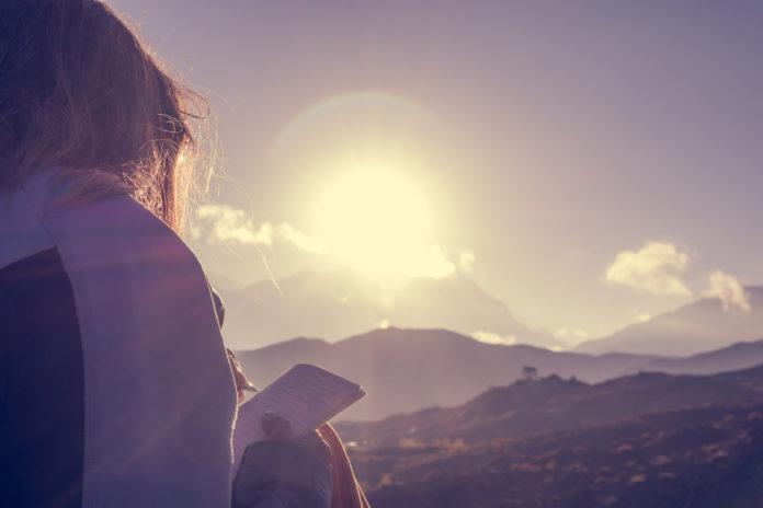 kobieta czytająca w górach