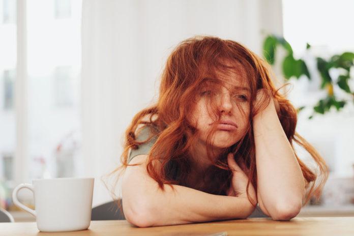 ruda zmęczona dziewczyna