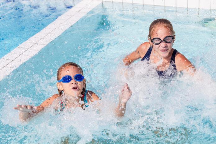 dwójka dzieci w basenie
