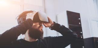 mężczyzna z zestawem VR