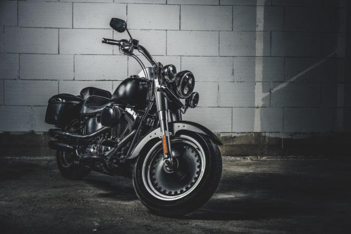 motocykl na ciemnym tle