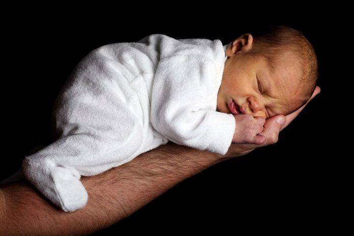 noworodek na męskiej dłoni