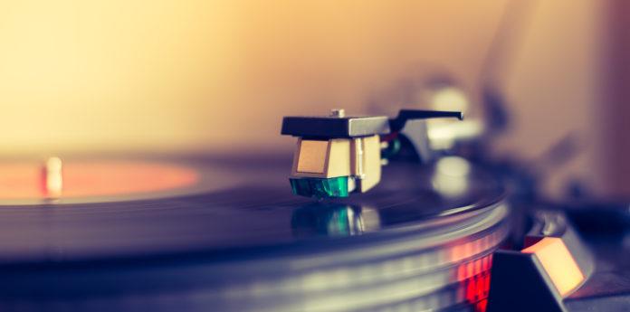 muzyka z winyla na adapterze