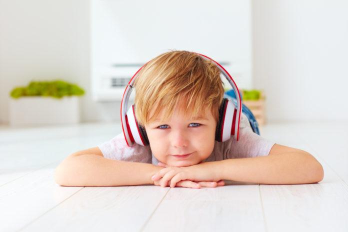 chłopiec słuchający muzyki na słuchawkach