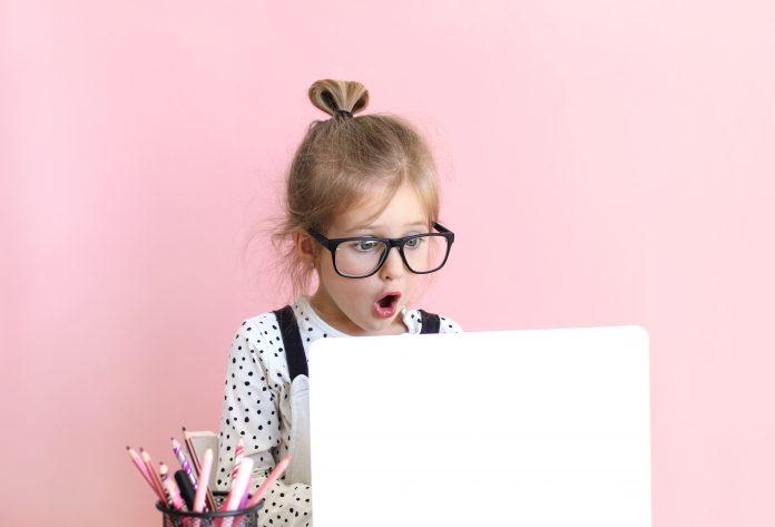 dziewczynka przed monitorem laptopa