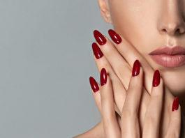 dziewczyna z czerwonym manicurem