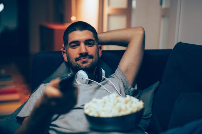mężczyzna wieczorem przed telewizorem