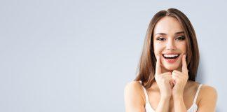 młoda kobieta podkreślająca uśmiech