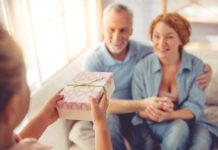 dziadkowie przyjmujący prezent od wnuczki
