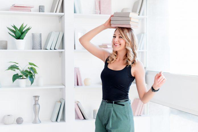 kobieta z książkami na głowie