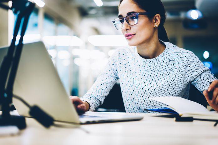 piękna kobieta pracująca przed laptopem