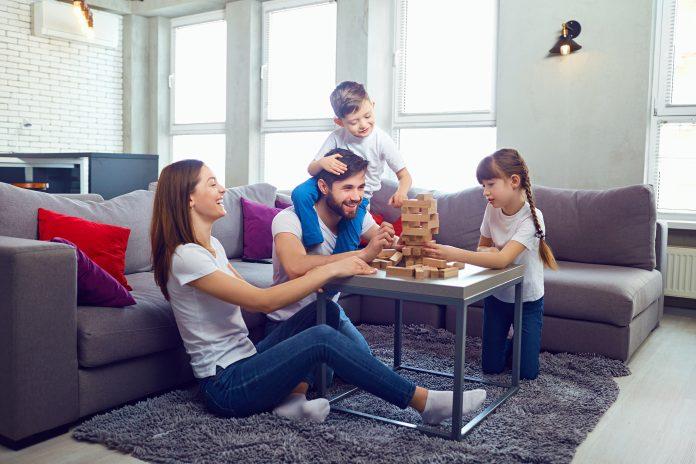 rodzina grająca w jengę