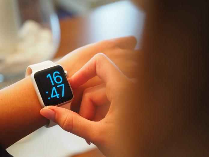 smartband na damskiej ręce