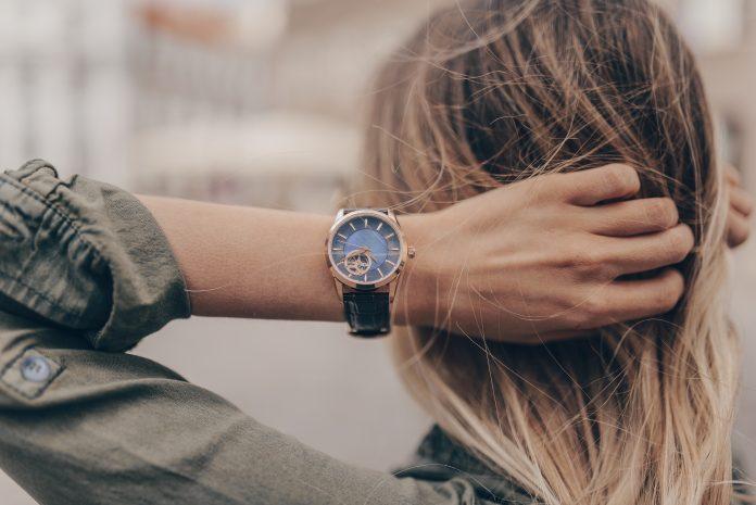casual kobieta z zegarkiem