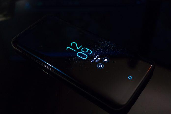 czarny smartfon z outletu