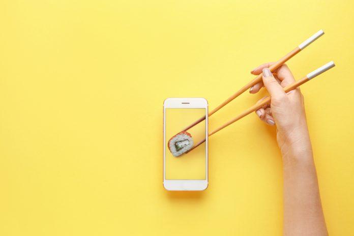 smartfon kawałek sushi