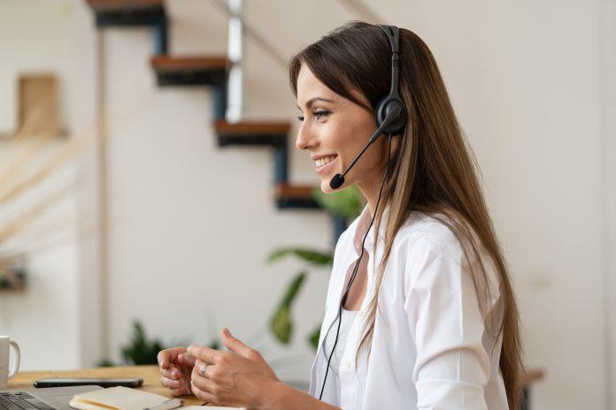 kobieta home office w słuchawkach