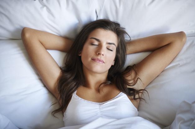 sen regeneracja kobieta w łóżku