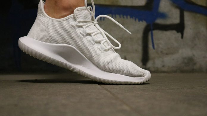 białe buty sportowe