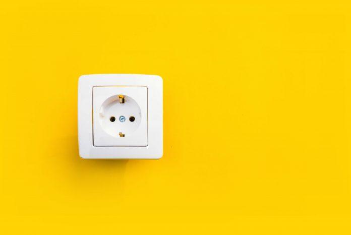 gniazdko elektryczne na żółtym tle