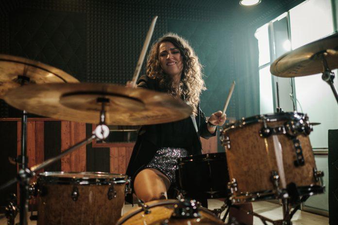 kobieta grająca na perkusji