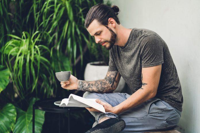 przystojny hipster czytający ksiązki