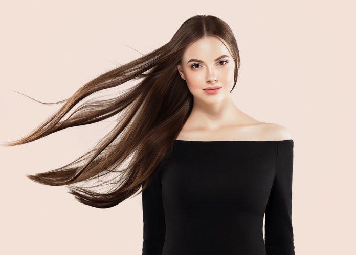 kobieta z długimi włosami kosmetyki organiczne