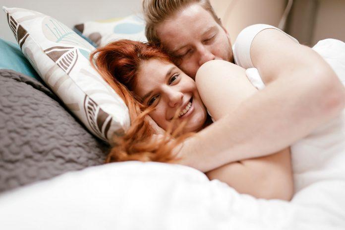 zadowolona para w łóżku