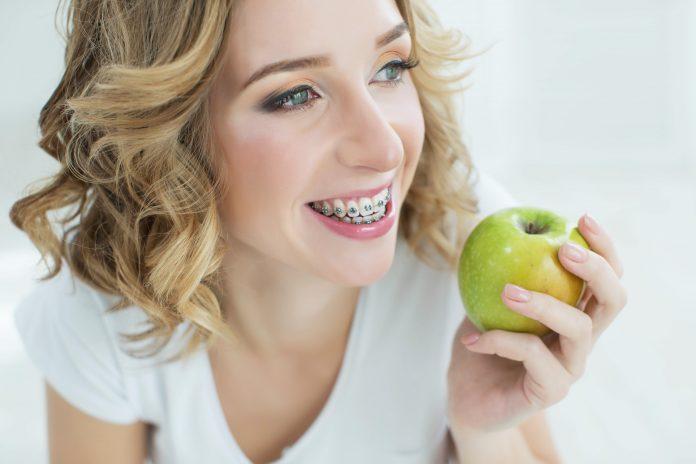 kobieta z aparatem na zębach