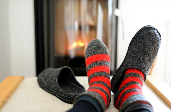 ciepłe kapcie na stopach