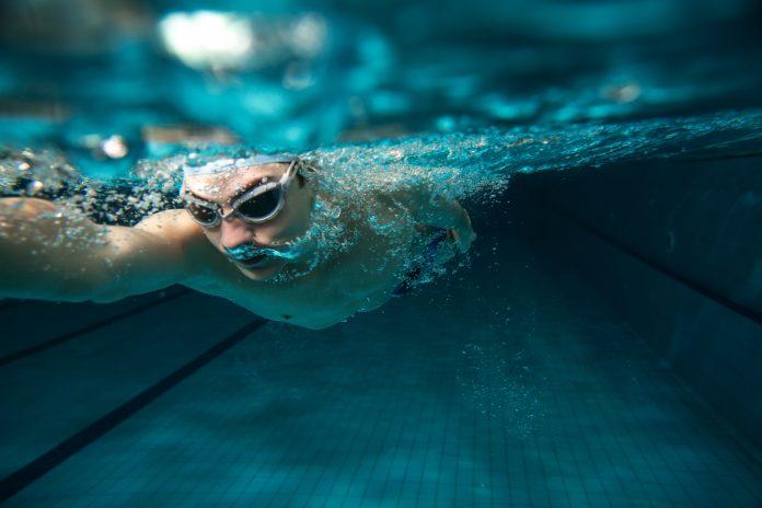 mężczyzna w basenie