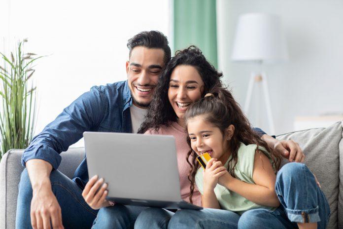 pożyczka przez internet rodzina przy laptopie