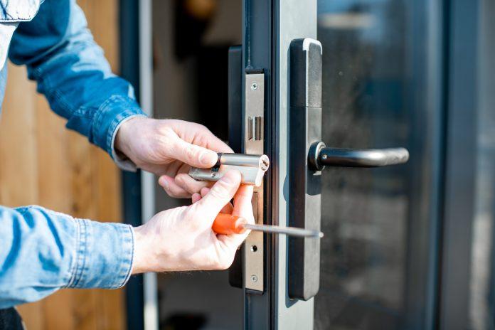 wymiana zamka w drzwiach