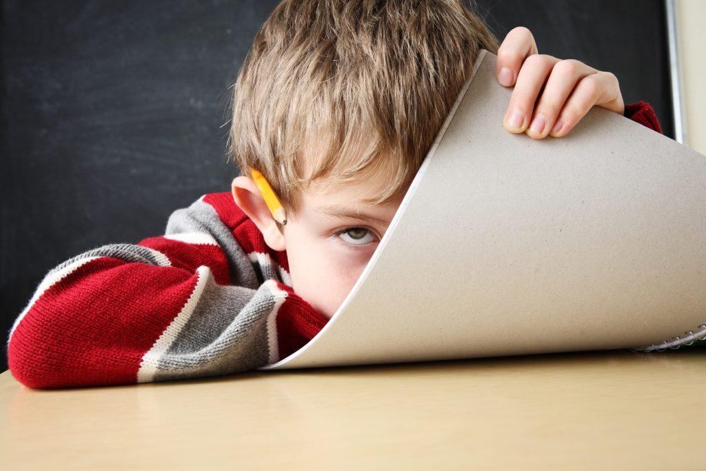znudzone dziecko w szkole